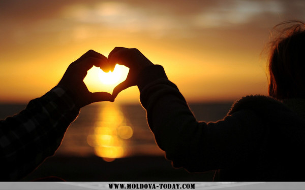 mood-hands-heart-sunset-love-wallpaper-1920x1200